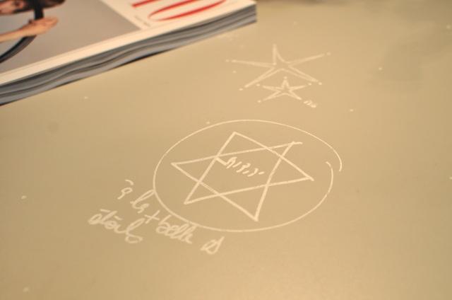 Mathilde Laurent a dessiné des étoiles partout sur son bureau