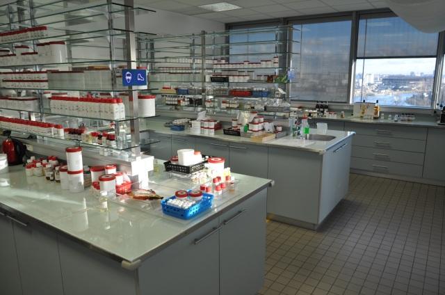 Le laboratoire dans lequel travaille Christelle avec deux autres aromaticiens