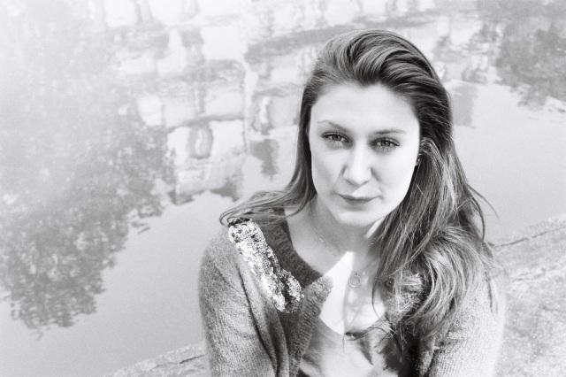 Maryam porte Datura Noir de Serge Lutens