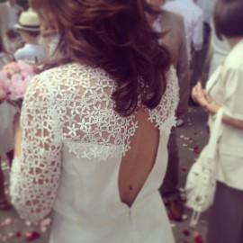 La robe de mariée de Sylvie, brodée de fleurs de jasmin. ©Carole Dugelay
